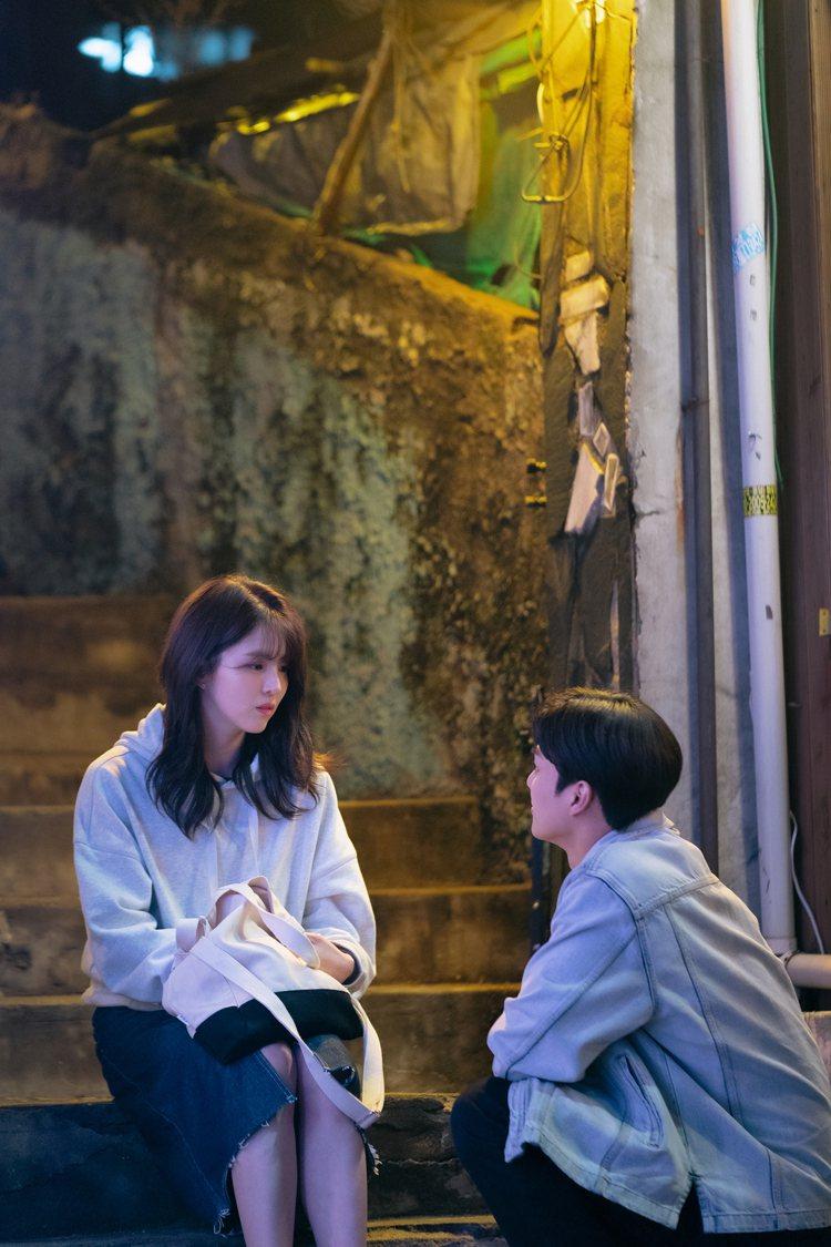 韓韶禧穿SJYP的白色帽T、搭配PANDORA.FIT丹寧裙,以及A.SOF托特...