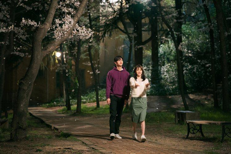 韓韶禧在《無法抗拒的他》多半以白色服裝展現初戀感的清甜氣息。圖/NETFLIX提...