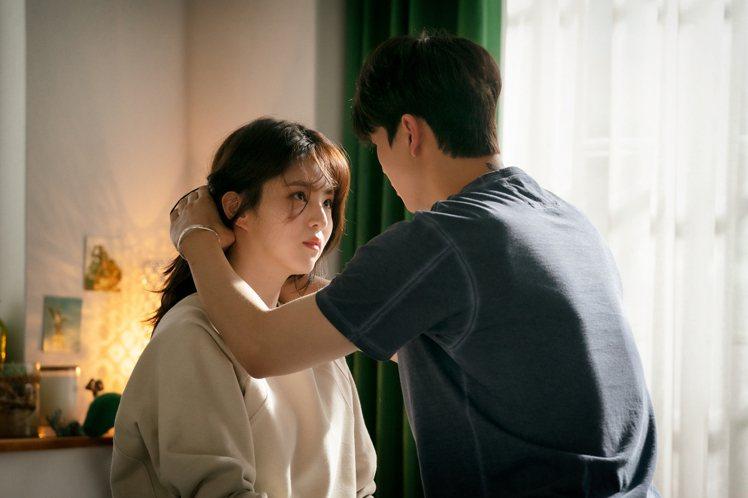 韓韶禧在《無法抗拒的他》多半以白色、米色服裝展現初戀感的清甜氣息。圖/NETFL...