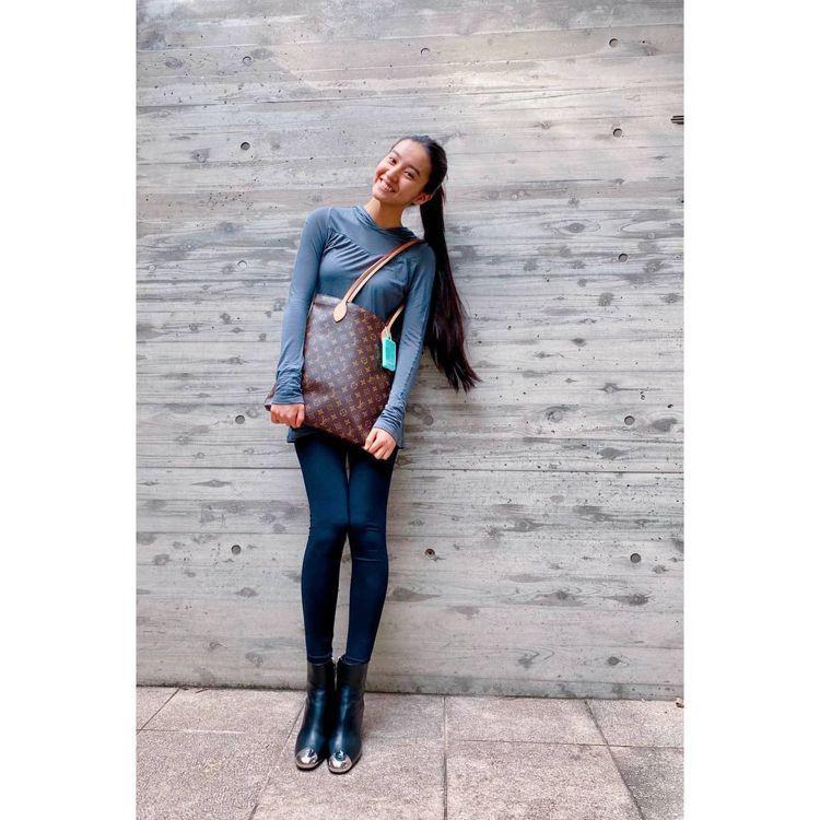 木村光希抱著LV Monogram托特包款,整張照片的亮點就是鉛筆腿。圖/取自I...