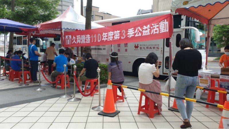 因應血荒,久舜營造在內湖總部樓下舉辦捐血活動,號召員工、協力廠商、業主一起挽袖捐熱血。久舜營造/提供