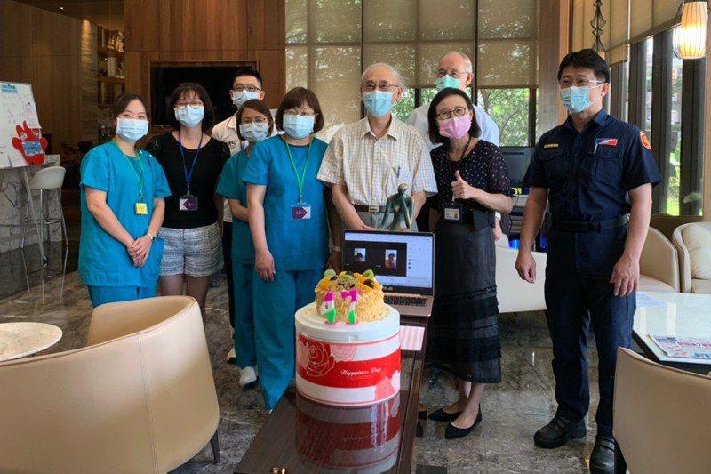 輔大醫療團隊透過電話視訊,替在集中檢疫所的莊先生慶生,並且送上蛋糕。  圖/輔大醫療團隊提供