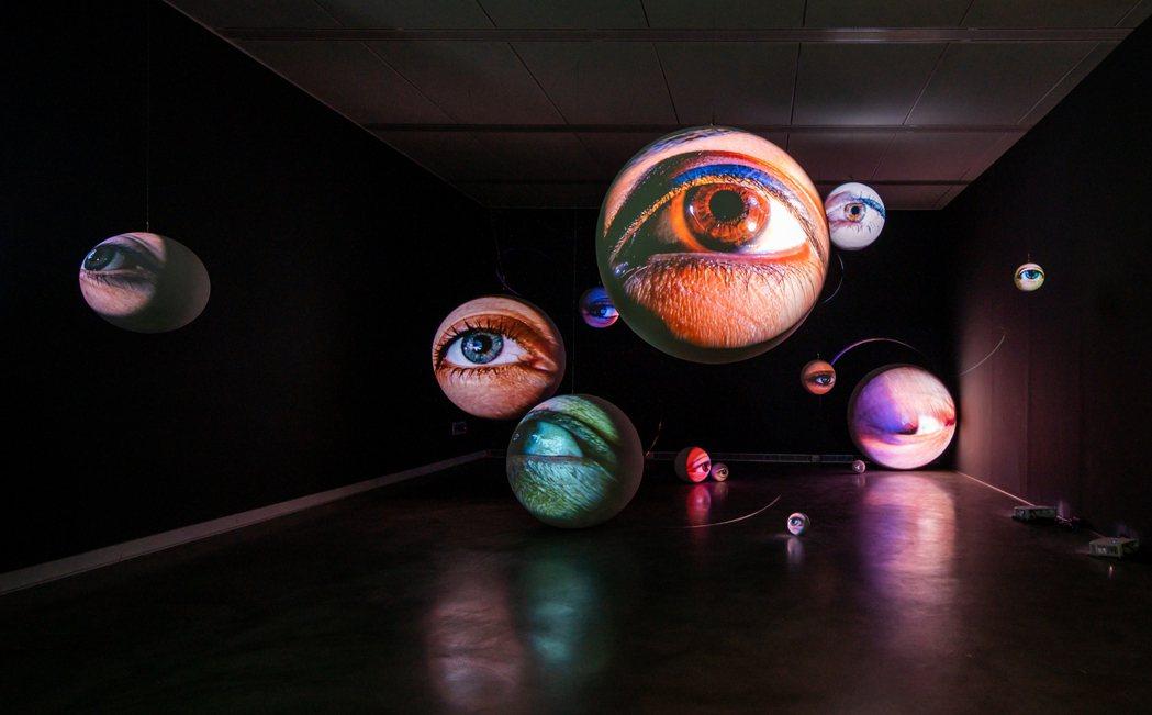 高美館舉行Tony Oursler黑盒特展。圖/高美館提供