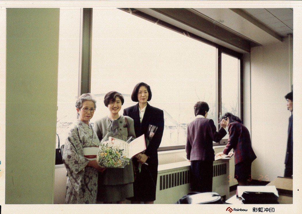 日本上智畢業時,茶道老師前來祝賀。圖/李玉玲 提供