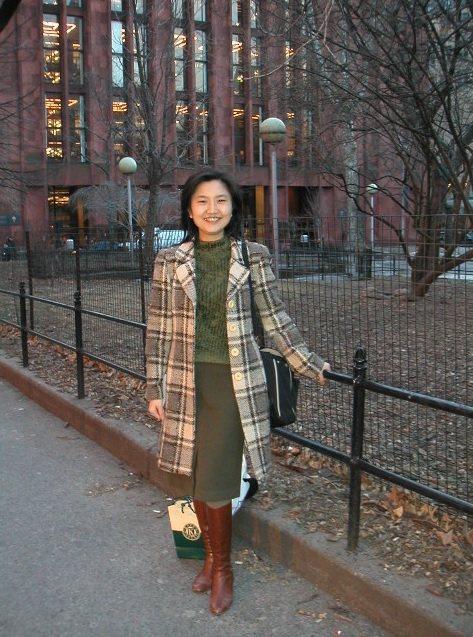 李玉玲在紐約大學 downtown 總圖前。圖/李玉玲 提供