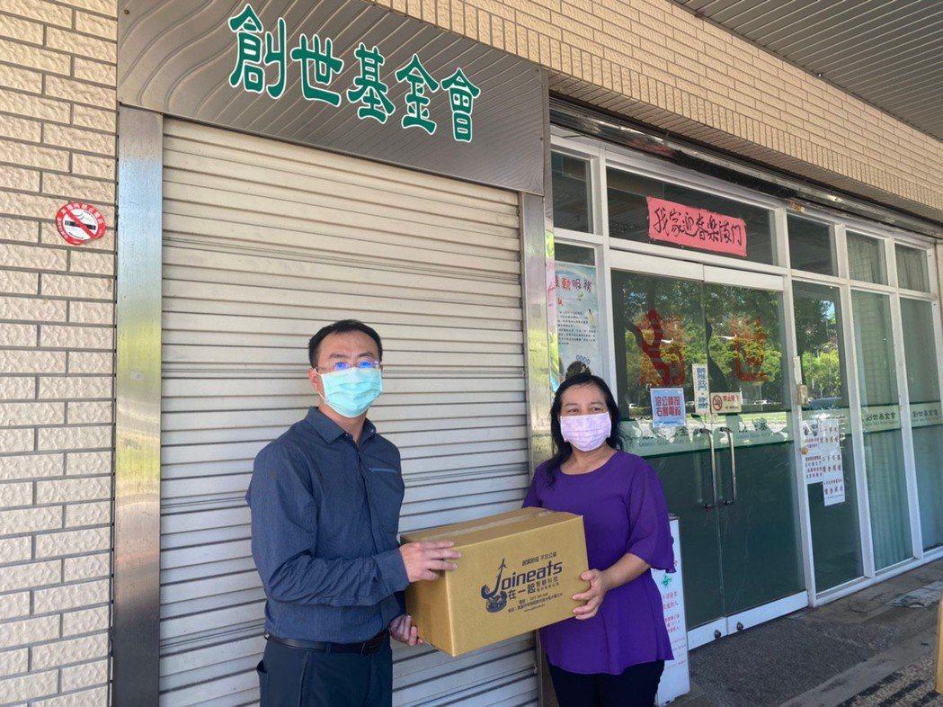 高雄拱心扶輪社賴信忠社長(左)親自服務將愛心蔬菜箱捐贈給植物人家庭眷屬。 在一起...