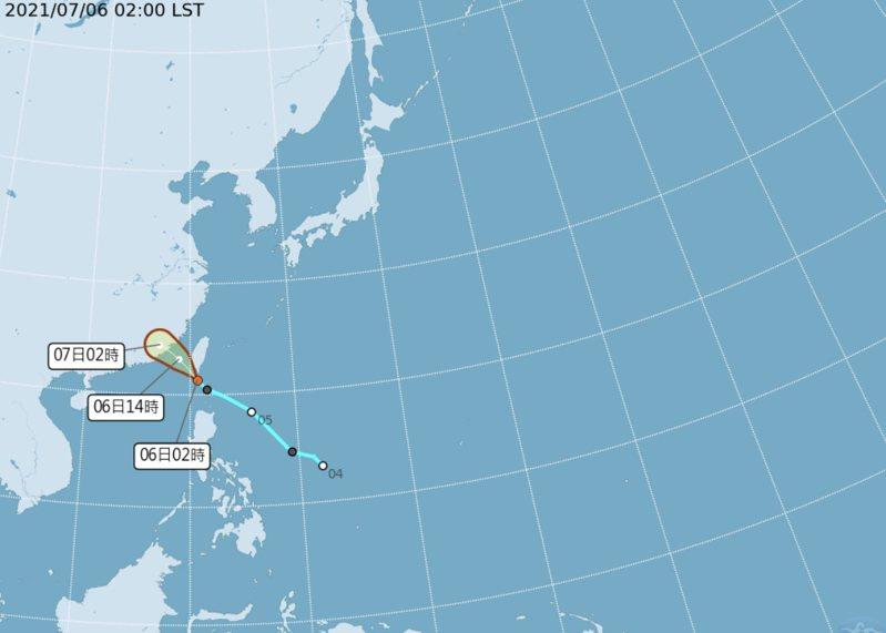 熱帶性低氣壓凌晨2時的中心位置在北緯 21.3度,東經 120.7度,以每小時23公里速度,向西北進行。中心氣壓1000百帕,近中心最大風速每秒15公尺,瞬間最大陣風每秒 23 公尺。圖/氣象局