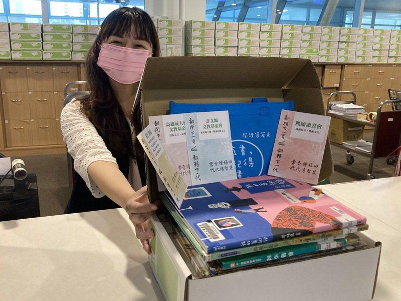 高市圖「閱讀袋著走-防疫版」書籍種類多樣化,活動再加碼200本,民間注入資源共響應。圖/高市圖提供