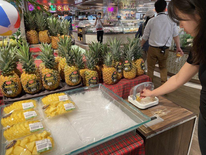大陸去年水果進口總額首次突破100億美元。圖為上海一家超市販賣的菲律賓鳳梨。記者林則宏/攝影