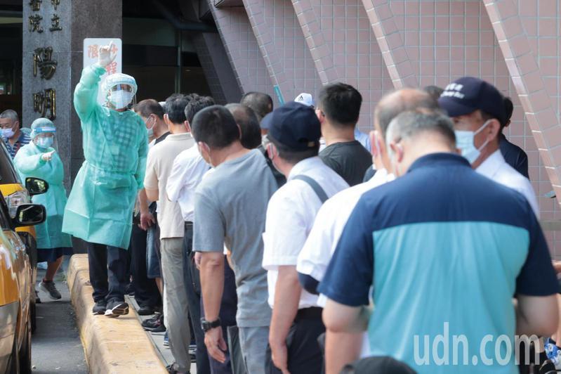 台北市公車司機上午開始前往北市聯醫陽明院區施打疫苗,公車駕駛加轉運站務人員大約5700人將陸續開打疫苗。記者蘇健忠/攝影