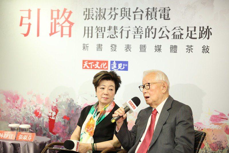 台積電慈善基金會董事長張淑芬(左)認為不只是學生要照顧,許多老師在疫情期間也渴望再精進自己。圖/新北教育局提供
