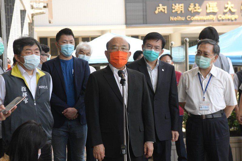 行政院長蘇貞昌今上午至台北市內湖高工視察計程車司機疫苗施打情形。圖/行政院提供