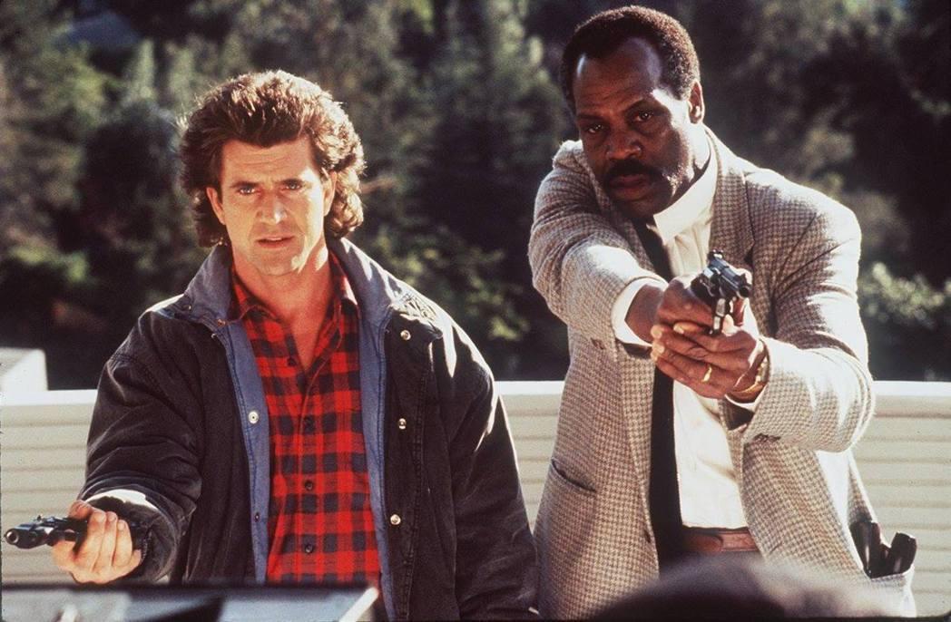 梅爾吉勃遜(左)、丹尼葛洛佛主演的「致命武器」系列是影史經典動作片。圖/摘自IM...