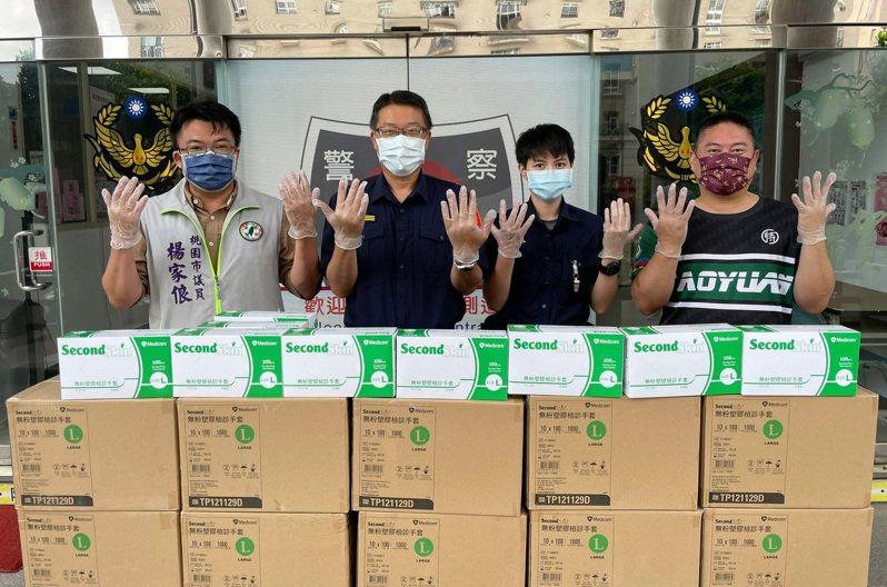 市議員楊家俍(左)等人捐贈防疫醫療級手套。記者鄭國樑/翻攝