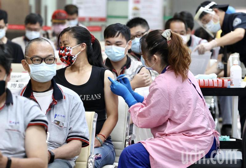 疫情持續嚴峻,為保護往來松山機場的旅客與機場工作人員安全,維持機場持續正常運作,於昨天起兩天協調仁愛醫院醫護人員在國際線報到大廳為工作人員施打新冠肺炎疫苗。現場採日本宇美町式施打法,兩天預劃施打742人。記者林俊良/攝影
