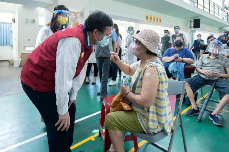 桃園市72歲長者開打疫苗,市長鄭文燦視察與長輩話家常和祝福平安。圖/市政府提供