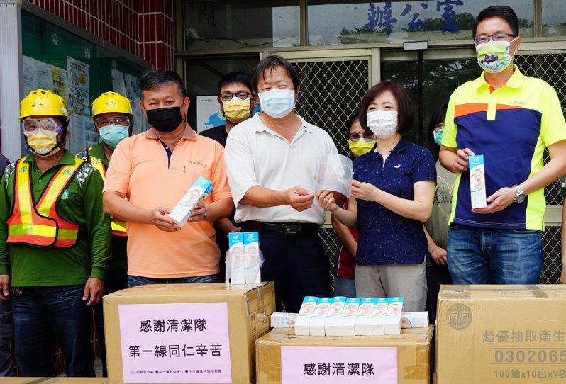 台中市立法委員何欣純(右二)和民進黨籍市議員上午到大里、太平及霧峰區清潔隊,各贈800個防護面罩,讓清潔隊員工作時可以多一層保障。圖/何欣純提供