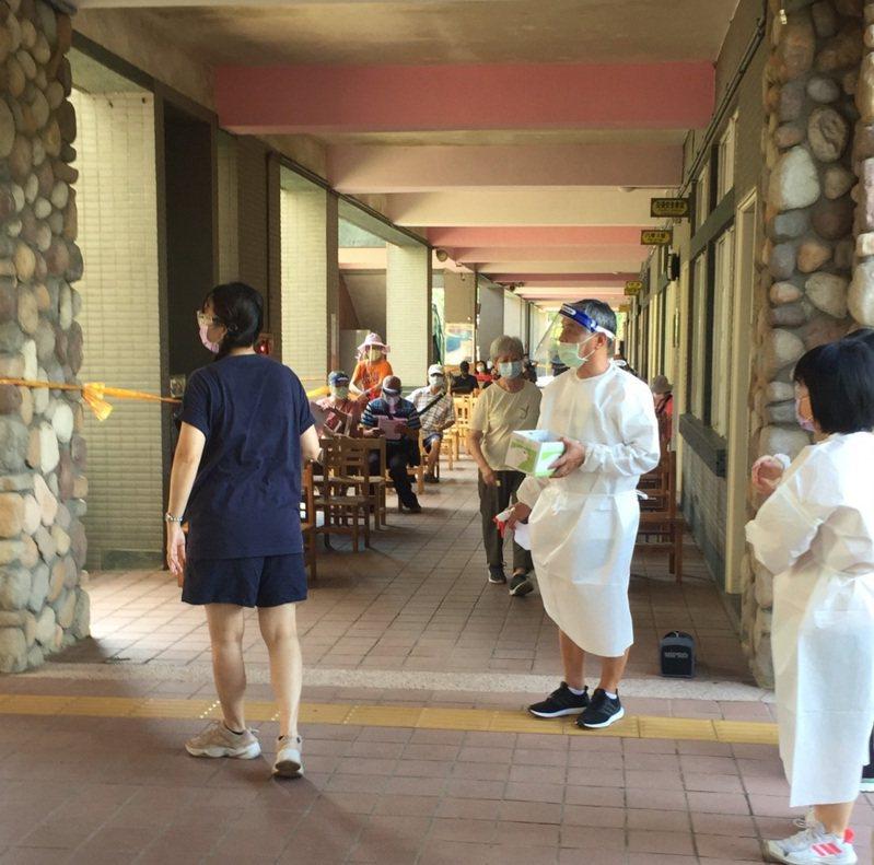 武漢國中今天打疫苗順利,沒有周日等候區坐滿人的情形。記者鄭國樑/攝影