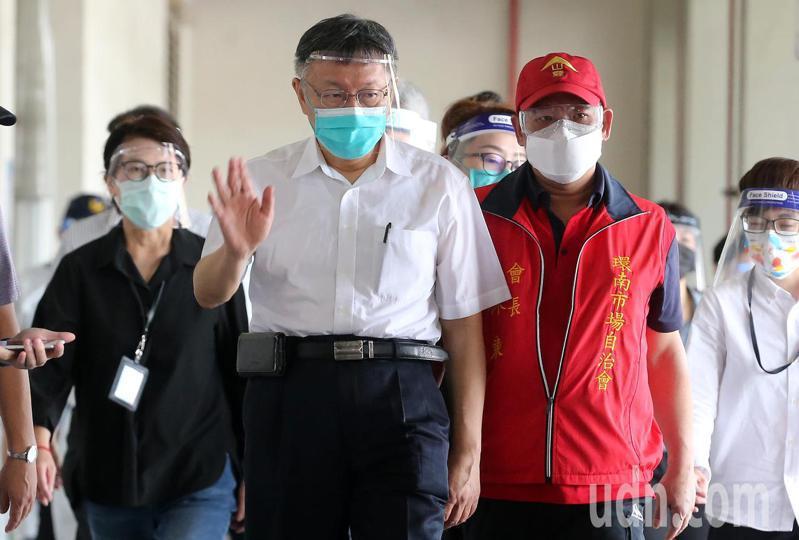 台北市長柯文哲(中)在副市長黃珊珊(左)、自治會長林勝東(右)等人陪同下,前往環南市場視察防疫狀況。記者胡經周/攝影