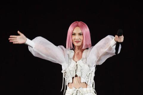 楊丞琳去年11月在台北小巨蛋展開「LIKE A STAR」世界巡演,後透露會在下半年唱進高雄巨蛋,今天凌晨無預警宣布演出延期,同步釋出10分鐘演唱會幕後紀實短片,她說:「希望能夠稍稍彌補無法觀看演出...