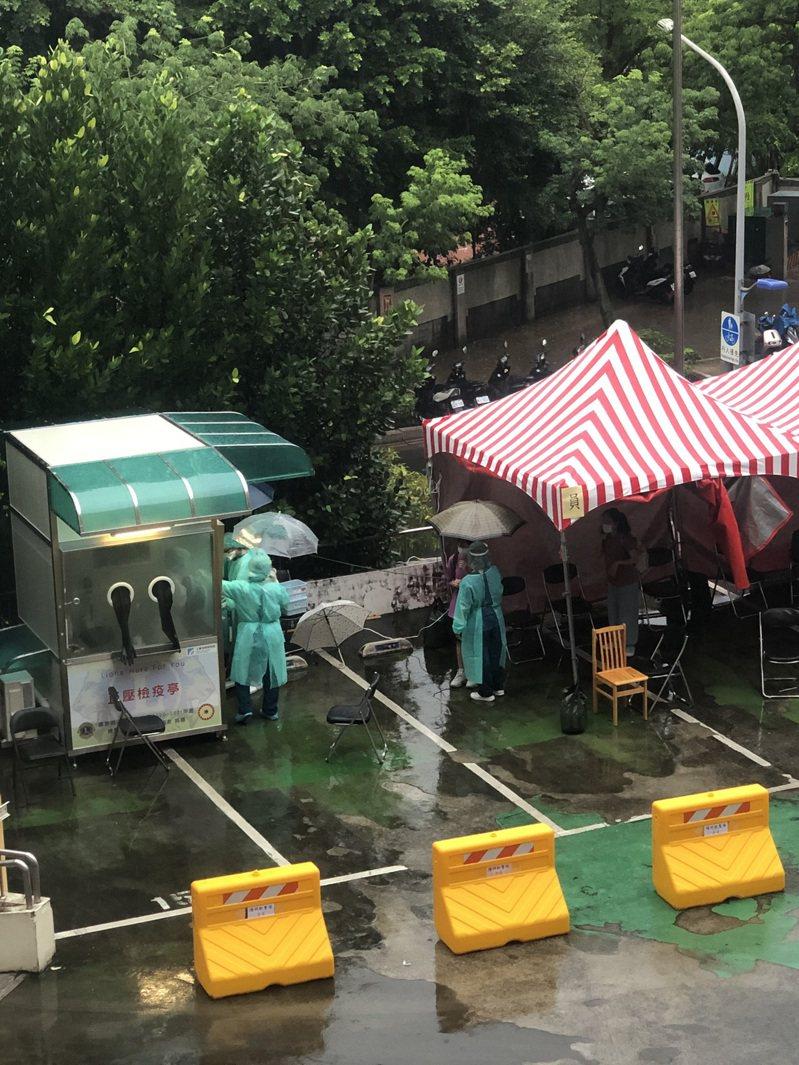 護理師被迫淋雨作業近3小時,部分採檢棒被雨水沾濕。圖/匿名護理師提供