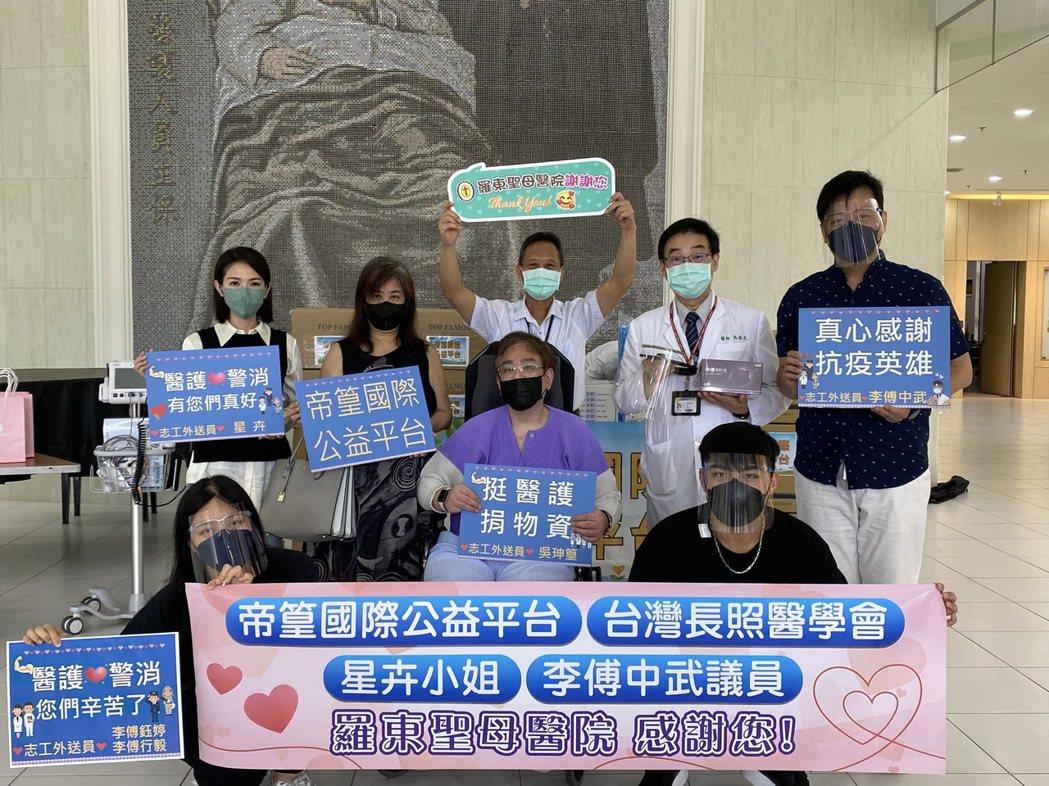 市議員李傅中武(右)帶著老婆小孩和女星星卉(左)一起做公益。圖/帝篁國際公益平台
