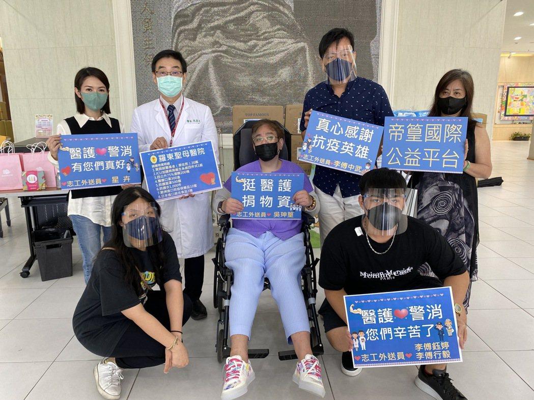 市議員李傅中武(右二)帶著老婆小孩和女星星卉(左)一起做公益。圖/帝篁國際公益平...