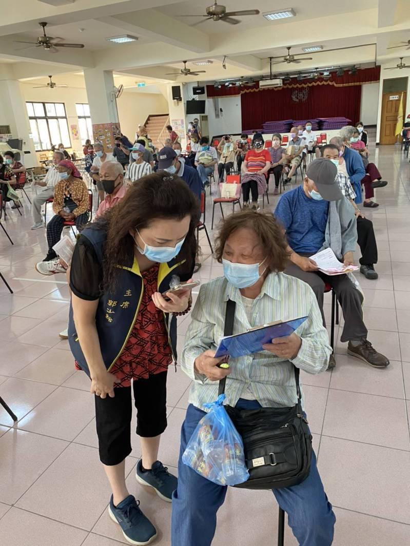 台南市開放莫德納疫苗注射,各注射點都湧進人潮。圖/市府提供
