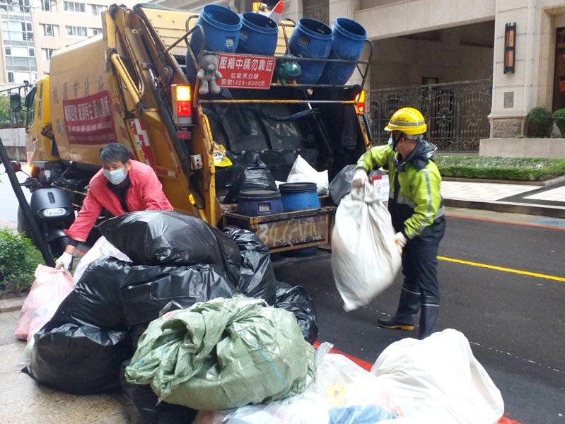 疫情爆發民眾宅在家,桃園市垃圾量每天增加1成,紙容器最多。圖/環保局提供