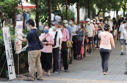 王定宇建議不再細分職業年齡打疫苗,台南議員許又仁反對。圖/本報資料照片
