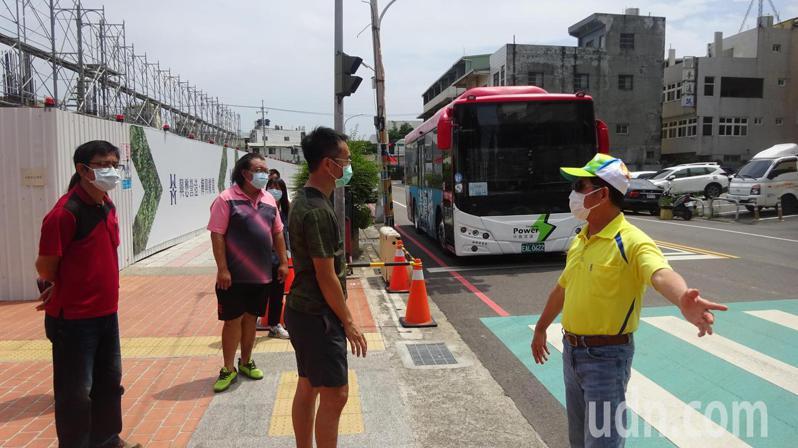 813公車站距逾一公里,台中市議員吳敏濟今天和相關單位會勘增設站點,便利學生就學及老人就醫。記者游振昇/攝影