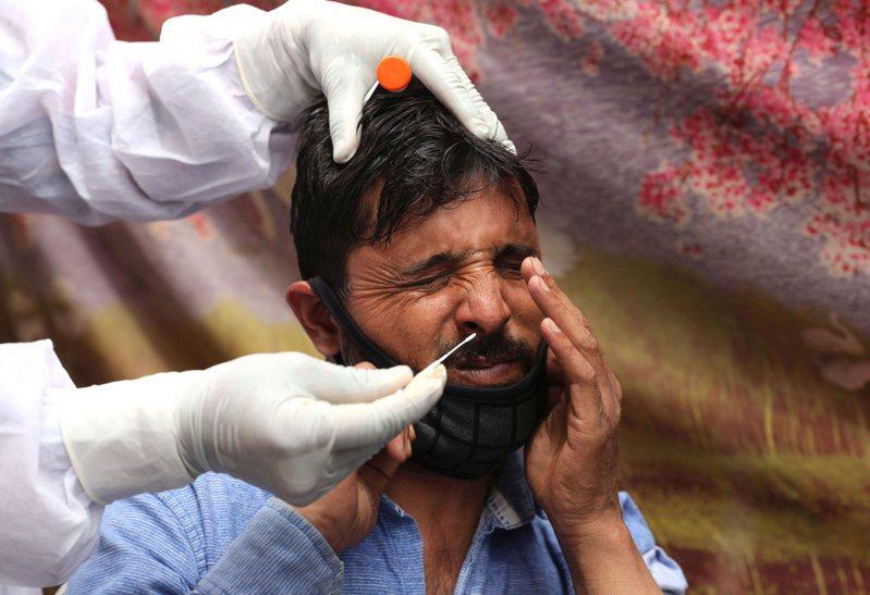 一位印度民眾接受新冠病毒快篩。  歐新社