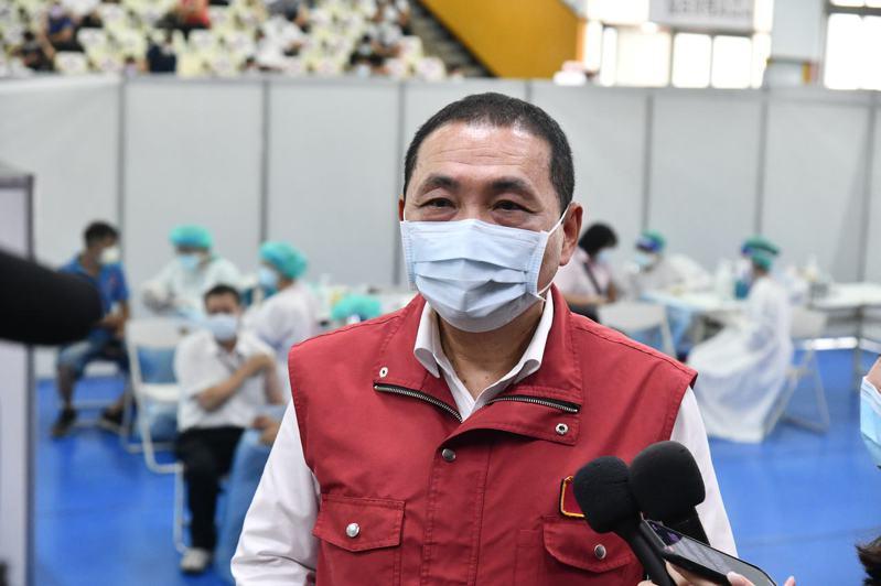 侯友宜希望中央針對第一線醫護人員盡快開放讓同住家人也能接種疫苗。圖/新北新聞局提供