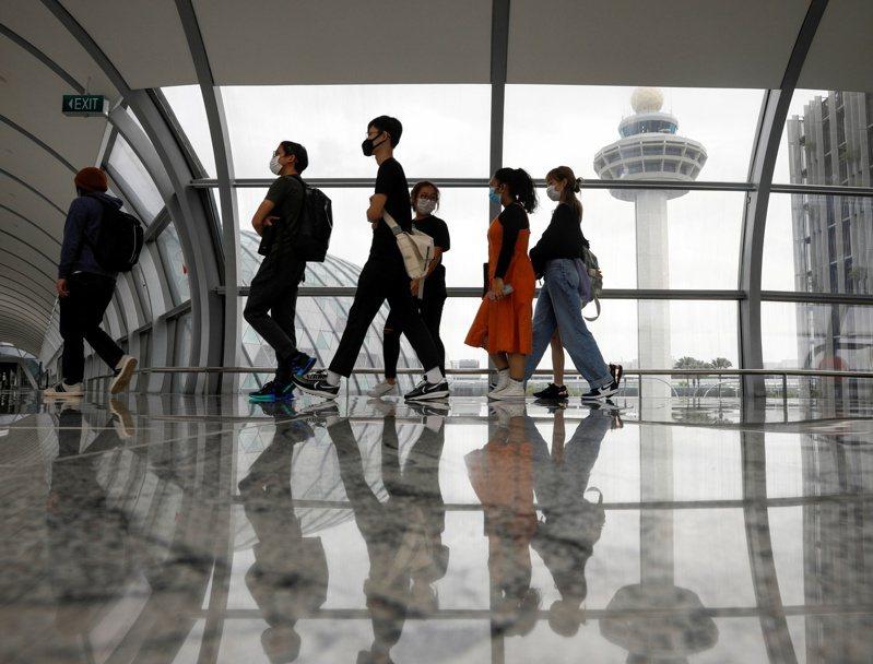新加坡樟宜機場旅客經過塔台。(路透)