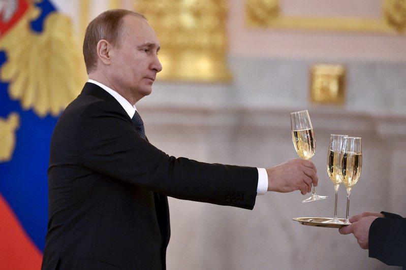 俄國總統普亭2日簽署新法,規定只有俄國產的香檳才能用「香檳」名稱在俄國銷售。圖為普亭在克里姆林宮接待外國大使的資料照片。路透