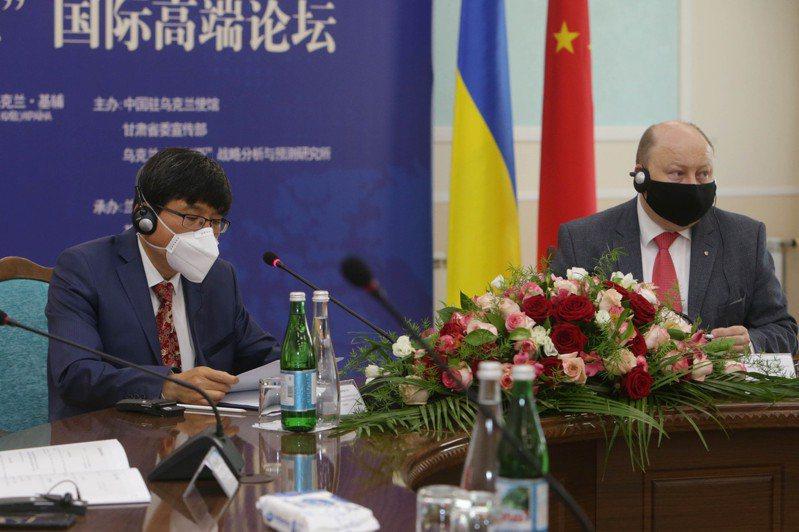 中國駐烏克蘭大使范先榮(左)6月8日在基輔舉行的兩國高級別論壇演講。新華社