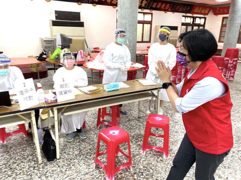 彰化縣長王惠美今天到芳苑鄉福海宮疫苗注射站,了解長者注射的情形。圖/縣政府提供