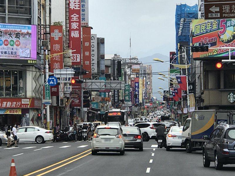 花蓮市區在連假時候停車空間嚴重不足,縣府祭出獎助辦法,希望鼓勵民間釋出空間申設路外停車場。圖/報系資料照片