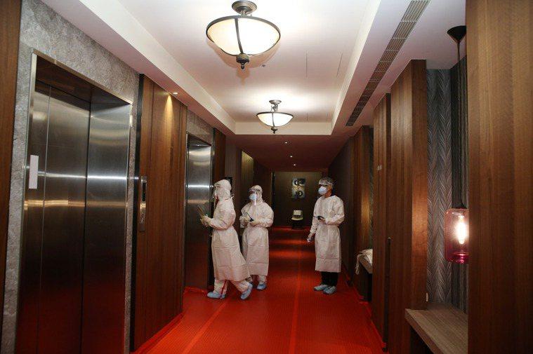 在檢疫所內分成警戒的紅區、安全的綠區和介於中間交介處的黃區,檢疫的房間屬於紅區,...