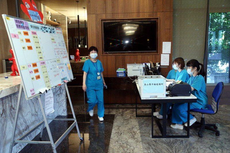 醫療團隊、保安大隊、飯店人員在短時間內成立防疫照護團隊,照顧整棟大樓近百名新冠肺炎確診者。記者邱德祥/攝影