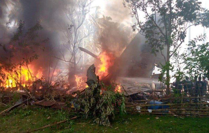 菲律賓軍方C-130運輸機4日墜毀在機場附近樹林中。圖/取自推特