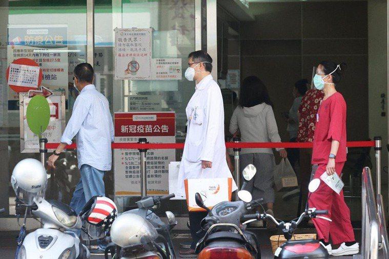 教育部宣布,大專醫護實習生列疫苗優先對象,即日起可預約施打。本報資料照片
