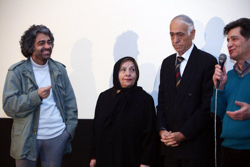 伊朗導演胡拉姆丁(左)五年前曾在一場電影放映會後,把父母請上台亮相。這對老夫婦今年5月殺了兒子胡拉姆丁。紐約時報
