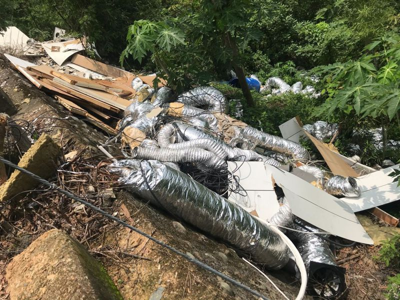 傾倒的廢棄物沿著山坡滑落至一旁竹筍園。圖/新北市議員賴秋媚提供