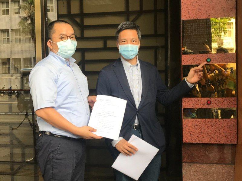 黃育仁7月2日下午赴台北地檢署按鈴控告郭冠群涉嫌公開收購說明書不實及背信等行為。圖/業者提供