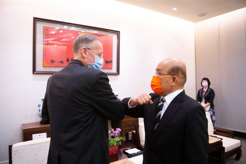 行政院長蘇貞昌(右)與AIT台北辦事處處長酈英傑,以互碰手肘的方式,取代握手以互相致意。圖/行政院提供
