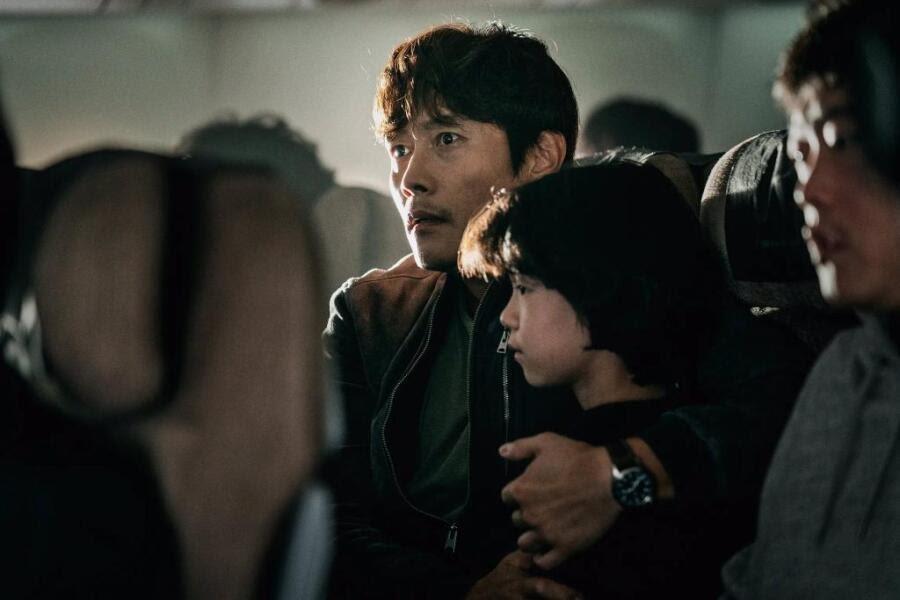 李炳憲在空難電影「緊急宣言」有驚人演出。圖/摘自官方推特