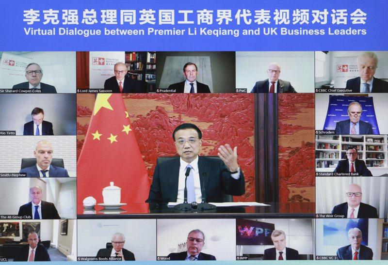 大陸國務院總理李克強7月6日在中南海紫光閣與英國工商界代表舉行視訊對話會。圖翻攝自中國政府網