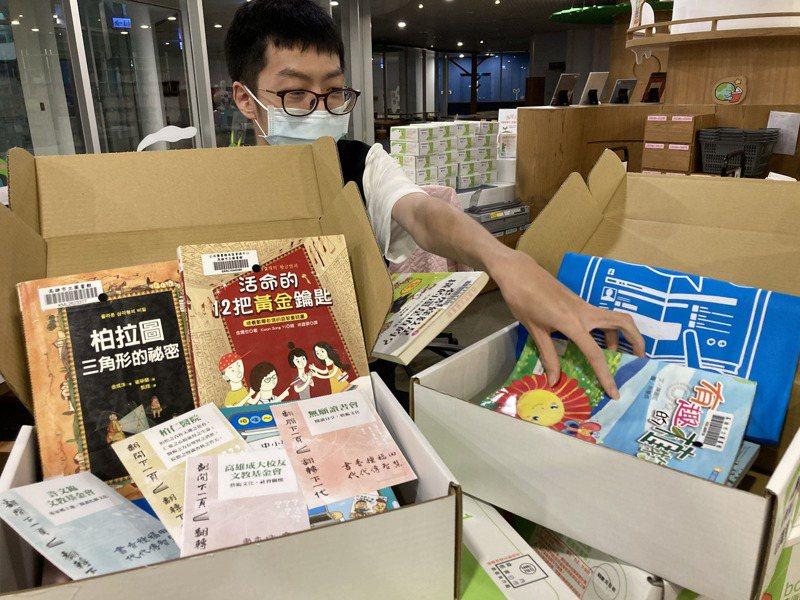 高雄市圖推「閱讀袋著走─防疫版」活動,童書有多項種類供讀者選擇。圖/高市圖提供