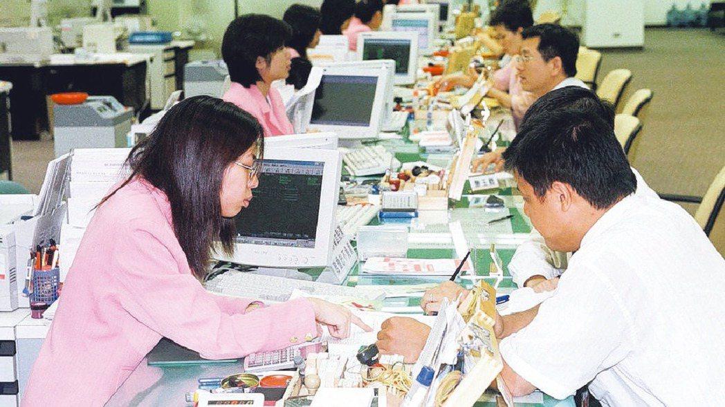 22家壽險公司推出保單紓困貸款,以低利率借款給需要幫助的人,希望能協助沒辦到勞工...